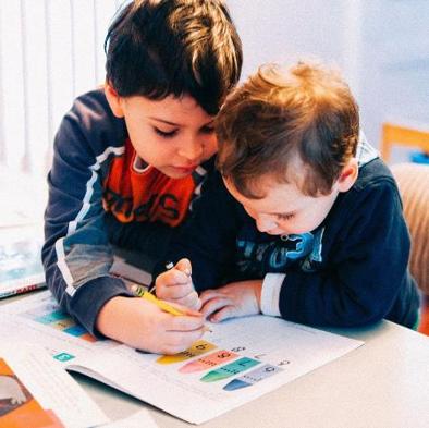 crianças lendo juntas - como saber se meu filho tem autismo - paulinha psico infantil