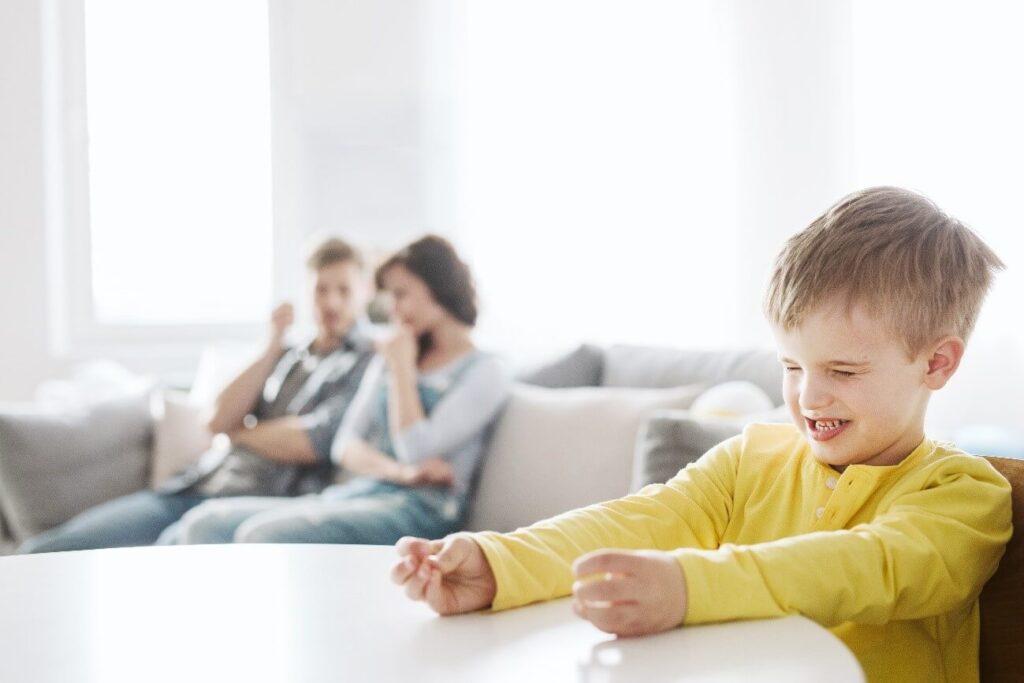 criança com autismo chorando
