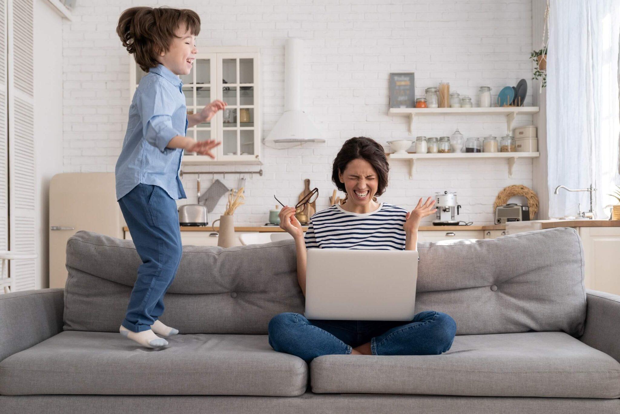 diagnóstico de hiperatividade infantil - criança pulando no sofá