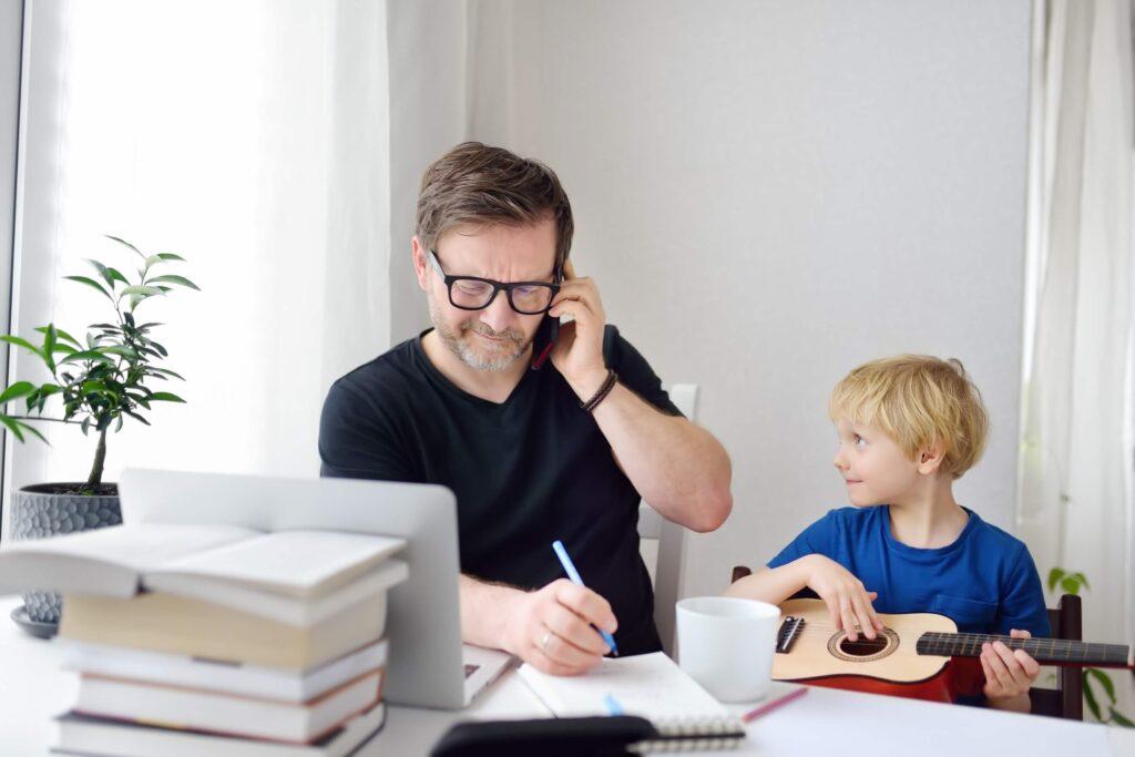 diagnóstico de hiperatividade infantil - pai trabalhando com filho em home office