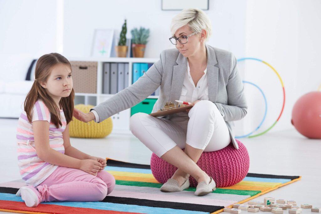psicóloga em sessão de terapia com criança