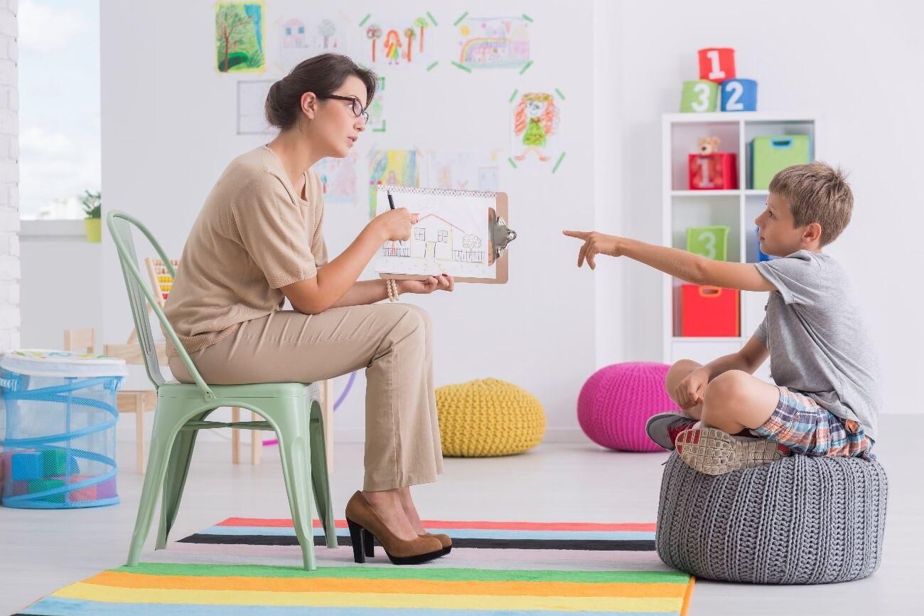psicologia comportamental infantil - psicóloga e criança em sessão de terapia