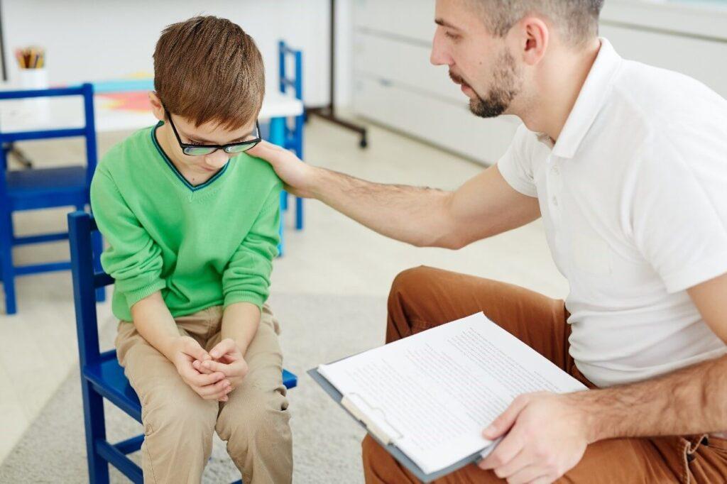 psicólogo dando conselho para paciente