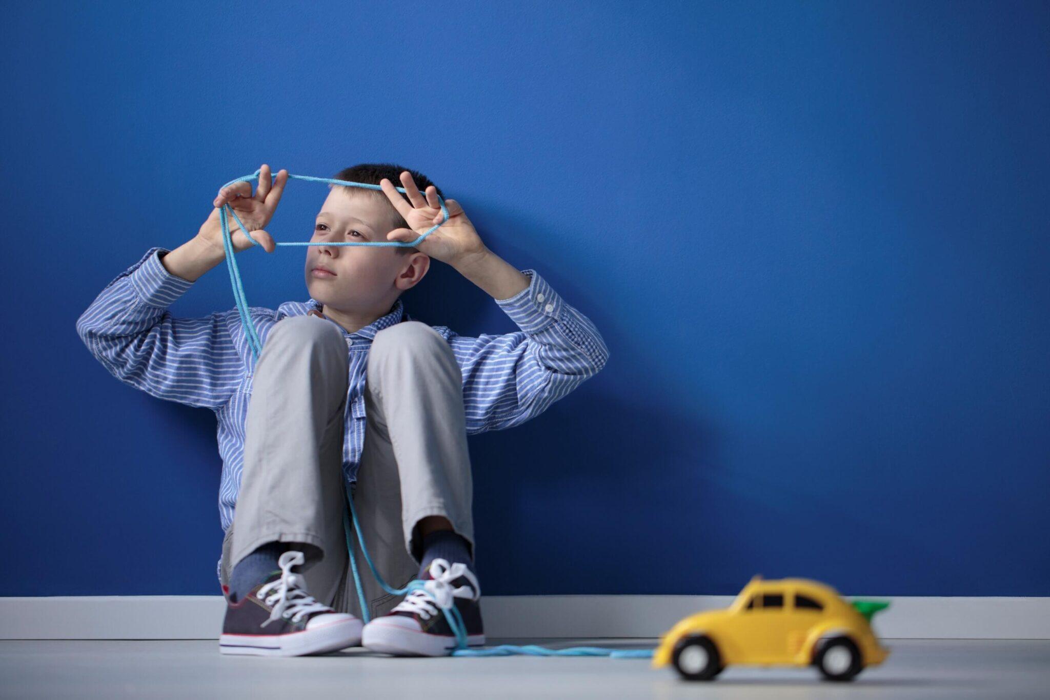 teste de síndrome de asperger - criança autista brincando