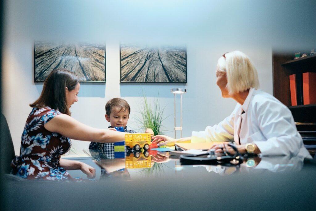 teste de síndrome de asperger - menino brincando com adultos