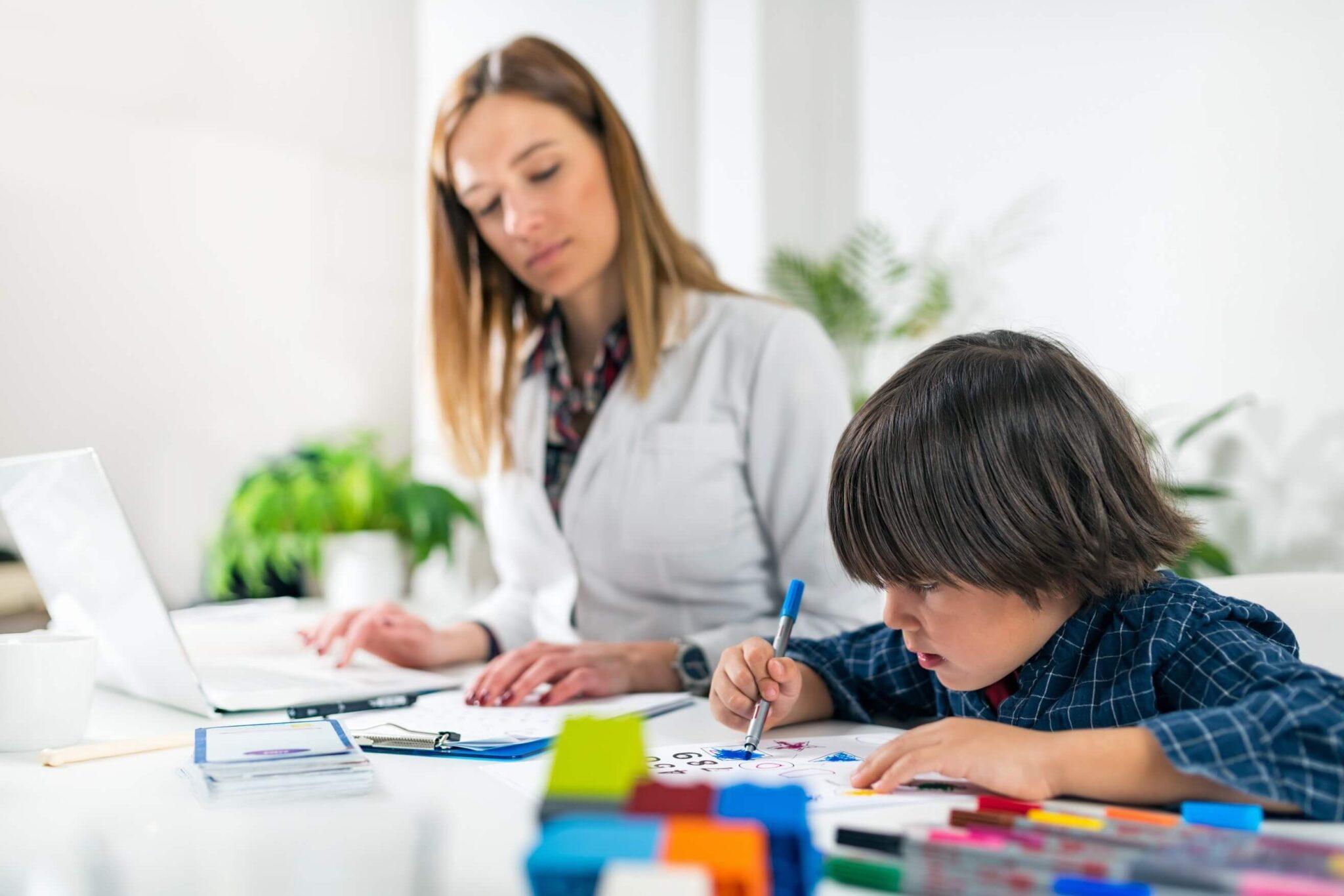 etapas no atendimento infantil - criança fazendo atividade